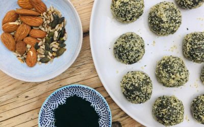 Almond energy balls with spirulina and seeds